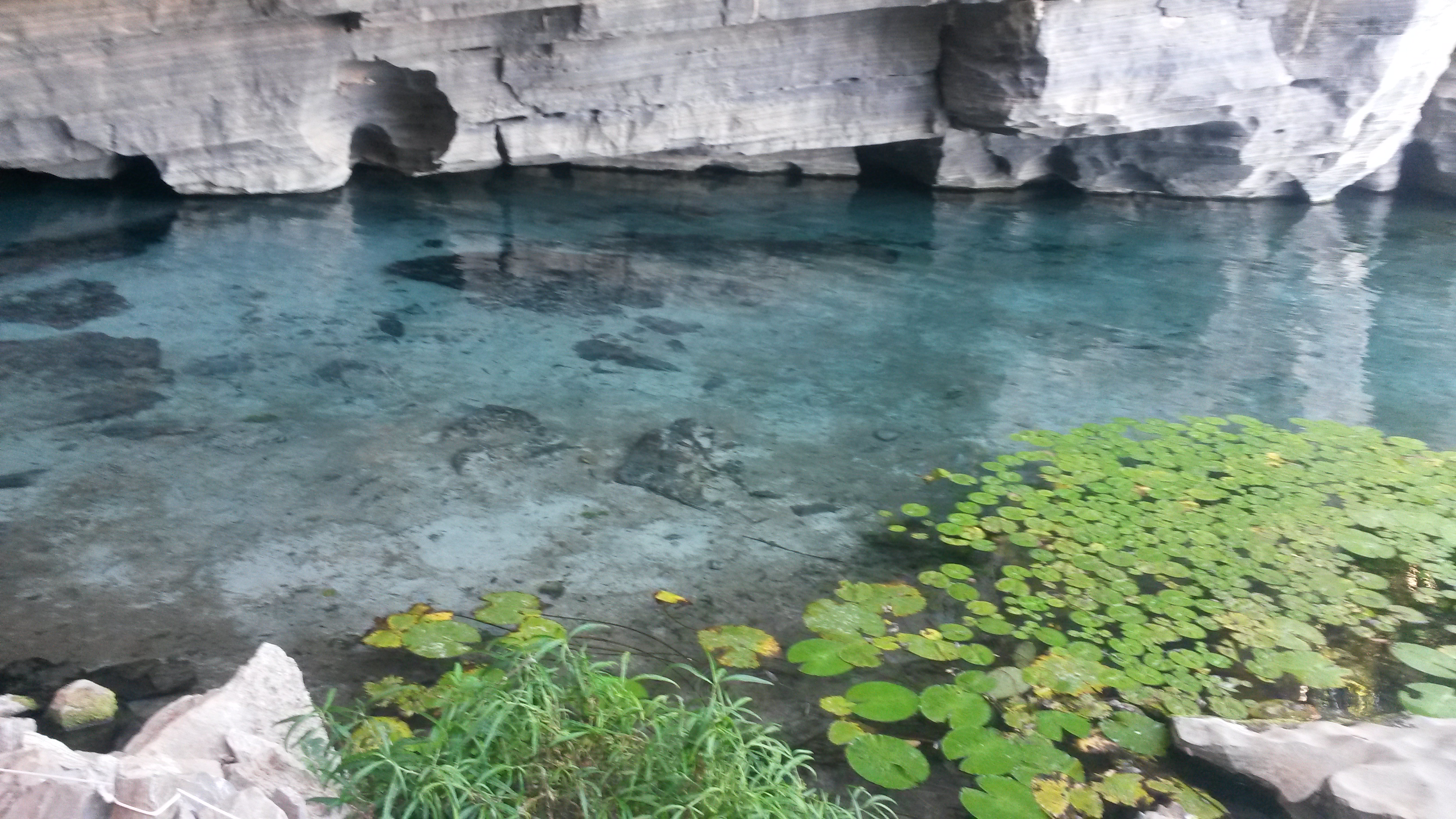 Rio e gruta com águas cristalinas onde é possível fazer flutuação dentro da caverna. Peixes e tartarugas de água doce inundam a caverna. Com uso de uma lanterna a prova d'água torna a experiência ainda mais inesquecível.